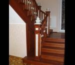 офорление тонированной лестницы со столбами и каменными оголовниками