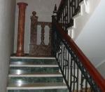 лестница с каменными ступенями и подступенками из цветного мрамора